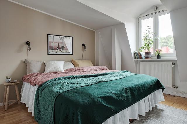 dormitor cu accente roz si verde