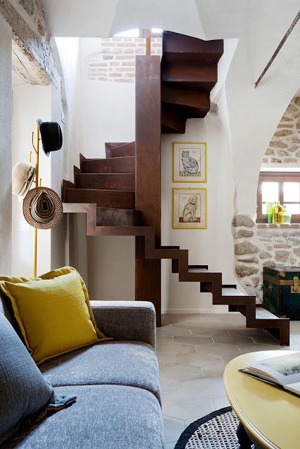 scara de lemn in casa de piatra