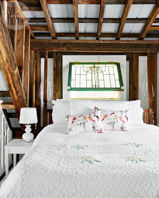 dormitor la mezanin intr-o cabana