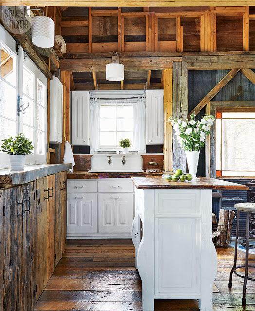 bucatarie alba intr-o casa rustica din lemn