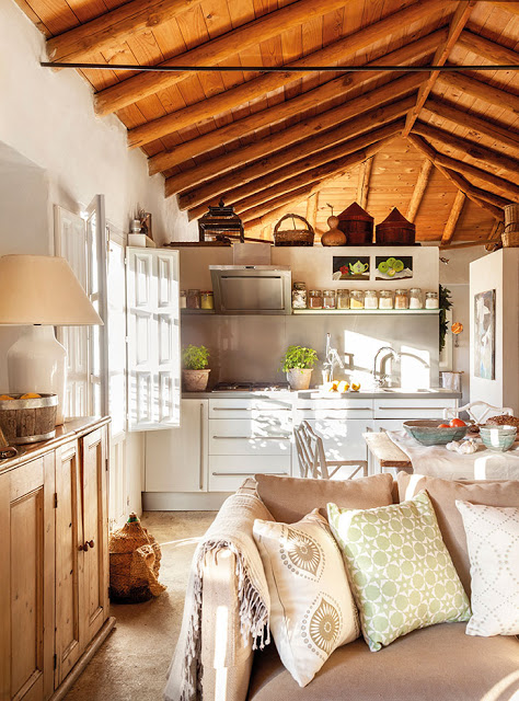 Tavan și grinzi din lemn de castan într-o frumoasă casă rustică din Spania