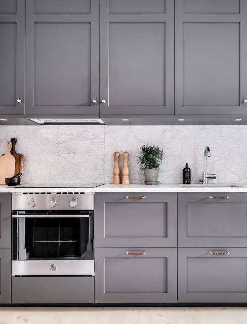Bucătărie gri în amenajarea elegantă a unui apartament de 57 m²