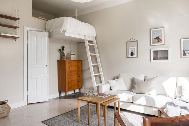 Dormitor deasupra dulapului într-o garsonieră de 33 m²