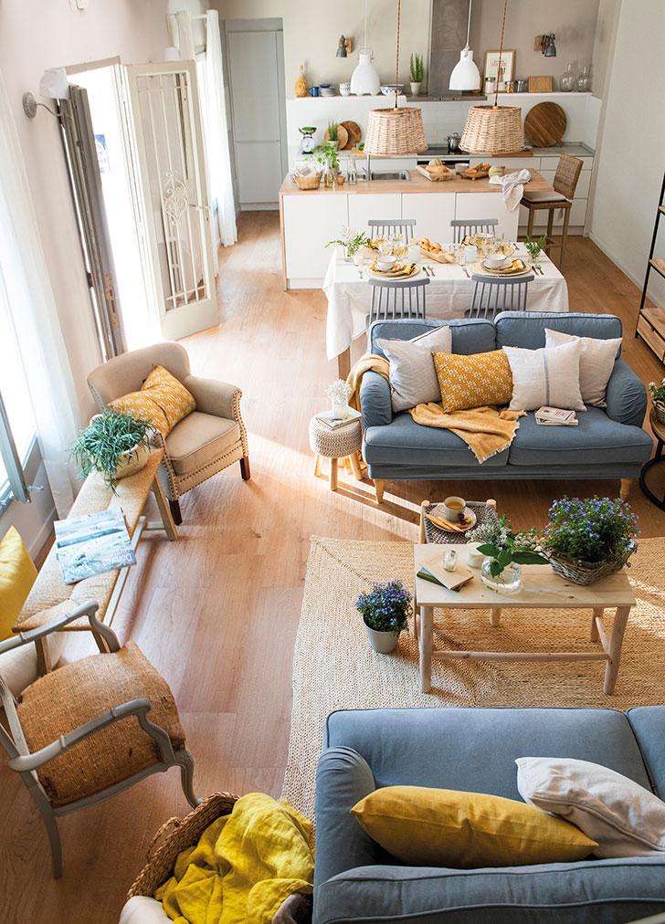 Albastru deschis și galben muștar în amenajarea unei case de vacanță din Spania