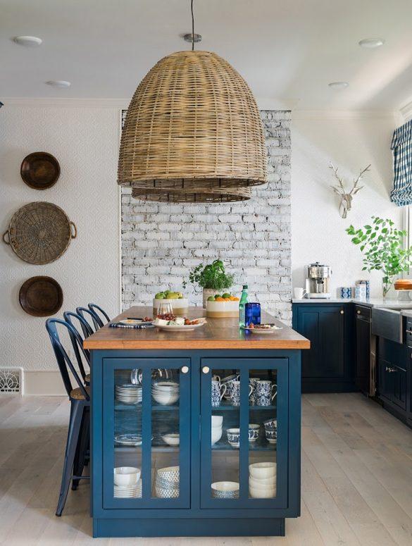 Bucătărie spațioasă amenajată în bleumarin