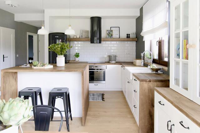 Lemn, cărămidă expusă și un decor scandinav modern într-o casă din Polonia