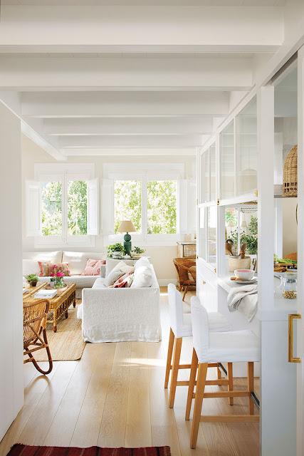 Perete de sticlă glisant într bucătărie și living într-un apartament din Spania