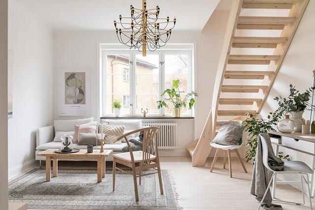 Simplitate în tonuri naturale de culoare într-un apartament pe două niveluri din Malmö