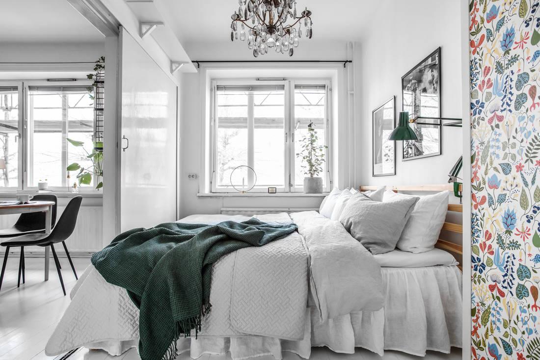 Tapet vesel și colorat pe dulap și pereți într-un apartament de 35.5 m²