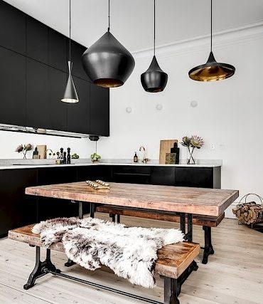 Accente aurii și bucătărie neagră într-un apartament de 72 m²