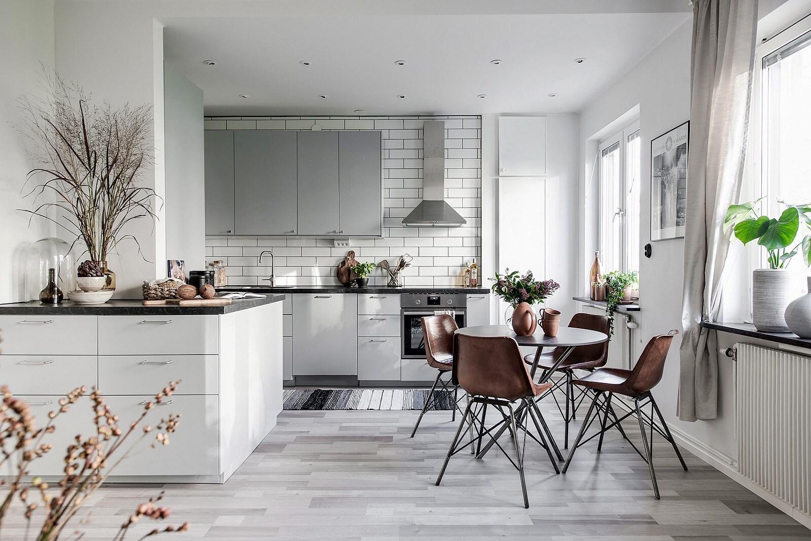Amenajare scandinavă cu bucătărie deschisă către living într-un apartament de 60 m²