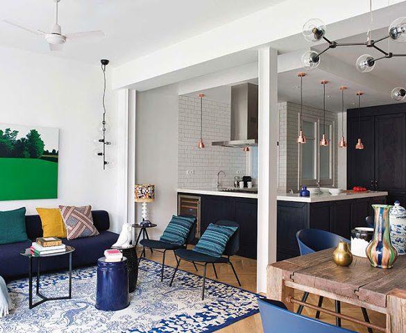 Bucătărie deschisă către living și mix de albastru cu galben în amenajarea unui apartament din Barcelona