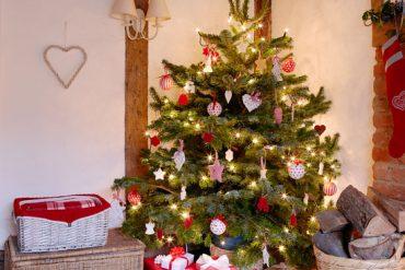 Crăciun în culori tradiționale într-o cabană din Surrey, Marea Britanie