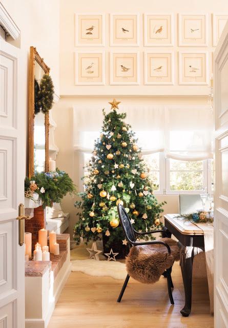 Decor de Crăciun cu accente aurii într-o casă din Spania