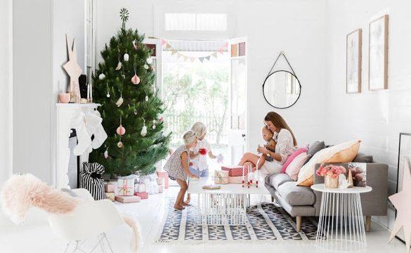 Decor de Crăciun într-o casă amenajată în alb din Australia