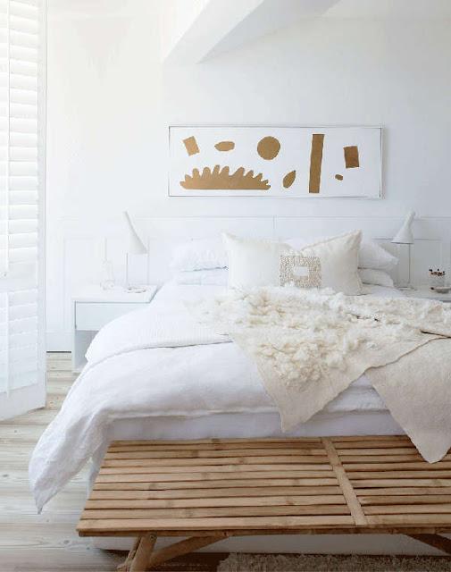 Interior în alb și accente calde de lemn într-o casă la malul mării