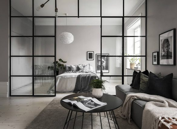 Perete de sticlă între dormitor și living într-un apartament de 46 m²