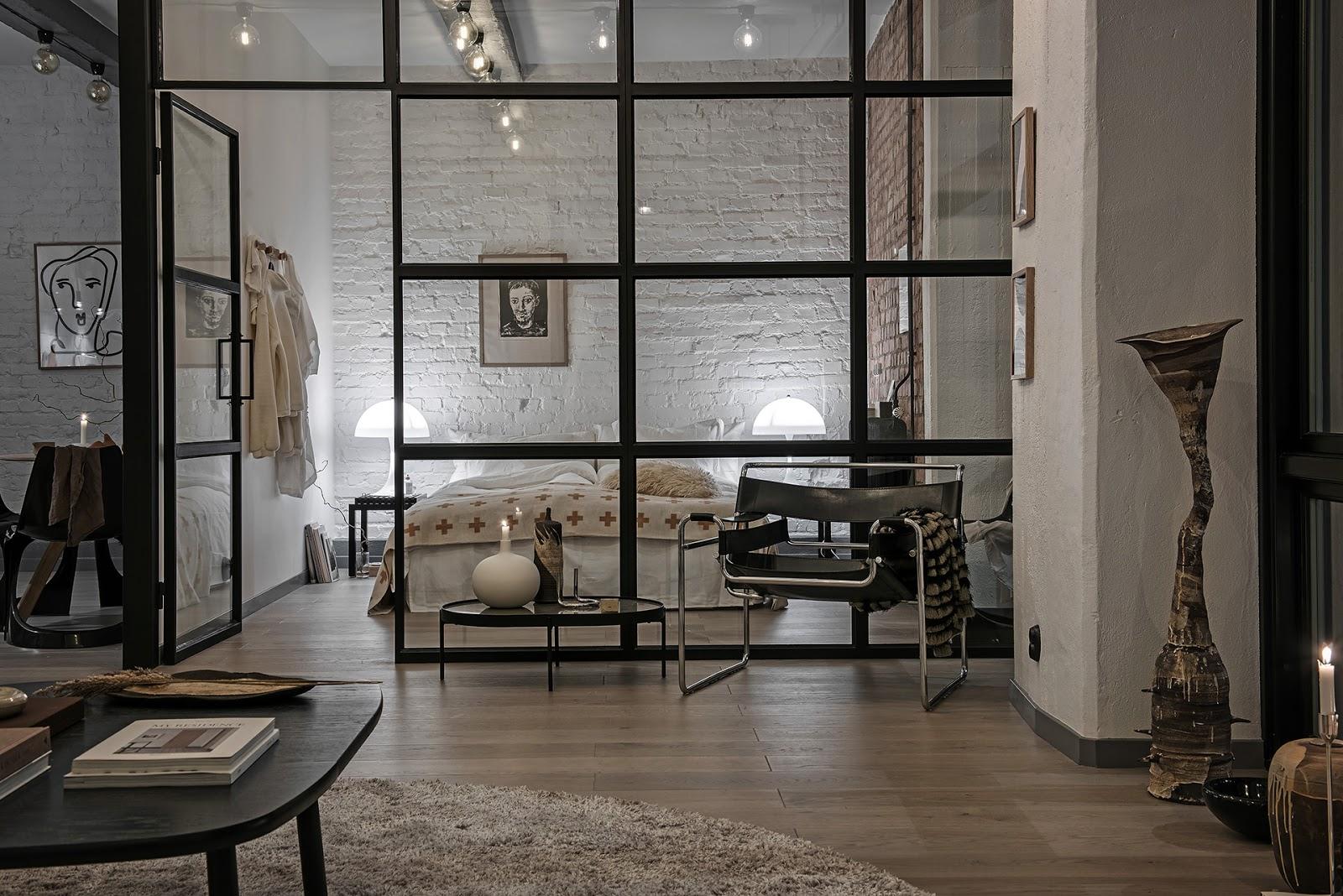 Pereți de sticlă, ferestre înalte și un decor industrial în amenajarea unui apartament de 58 m²
