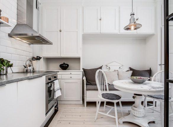 Banchetă în bucătărie și tonuri de gri într-un apartament de 44 m²