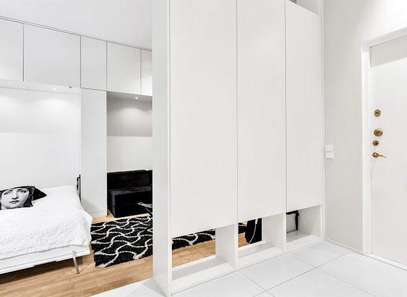 Dulap ca și perete despărțitor între living și bucătărie într-o garsonieră de 25 m²