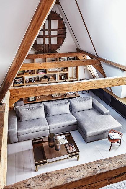 Grinzi de lemn expuse într-un pod reamenajat într-o clădire istorică din Amsterdam