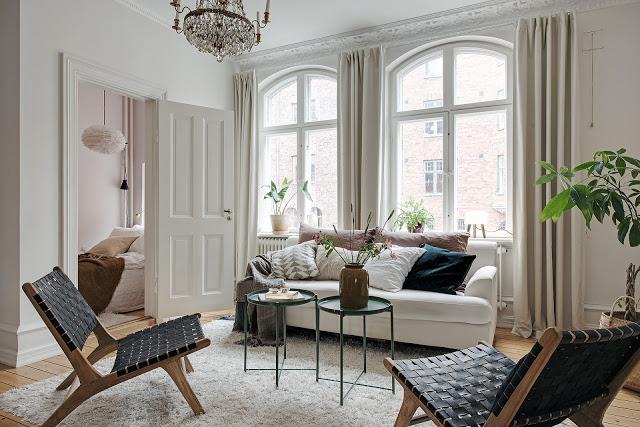 Lemn nefinisat și accente pământii în amenajarea unui apartament de 50 m²