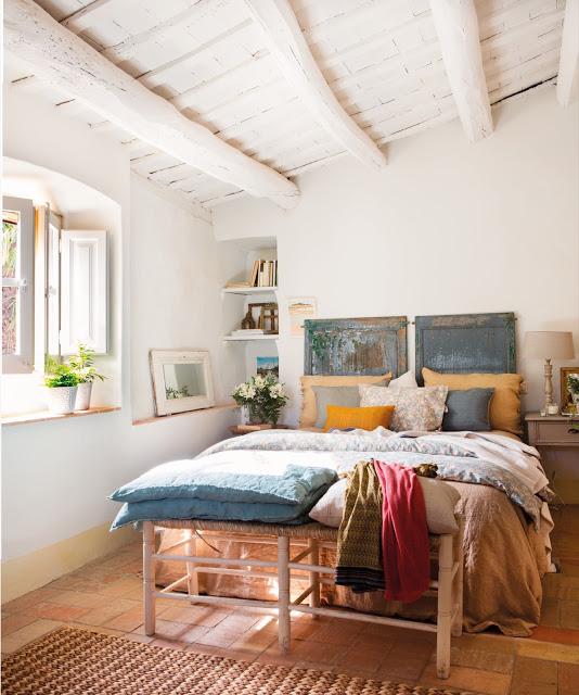Pereți în culoare migdalei și un decor rustic cu accente vesele în Ampurdà