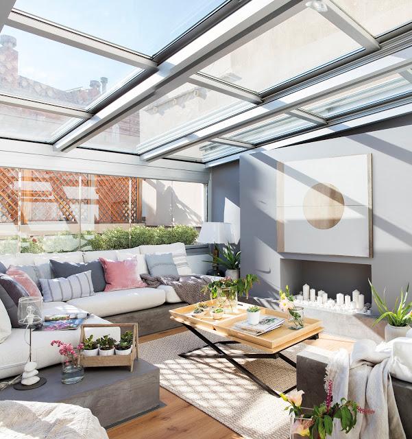 Tavan de sticlă și dormitor la etaj într-o mansardă de 60 m²