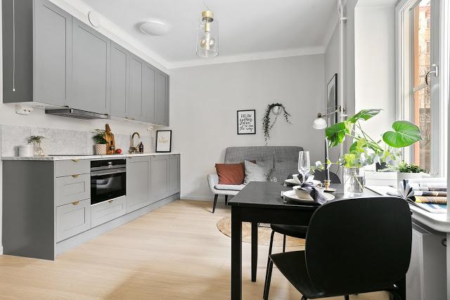 Bucătărie deschisă și tonuri de gri în decorul unei garsoniere de 24 m²