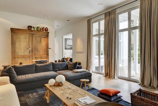 Tonuri naturale de culoare și lemn nefinisat în decorul unei case din Belgia
