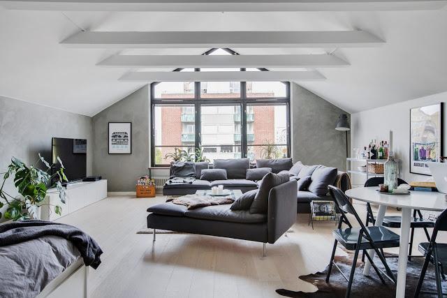 Bucătărie, dormitor și living în aceeași cameră într-o mansardă de 48 m²