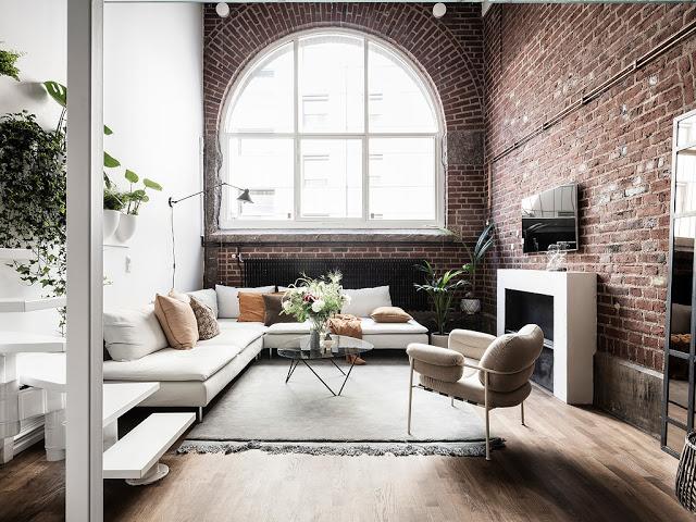 Dormitor deasupra bucătăriei și cărămidă expusă într-un apartament de 65 m²
