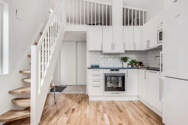 Dormitor deasupra bucătăriei și holului într-o garsonieră de 25 m²