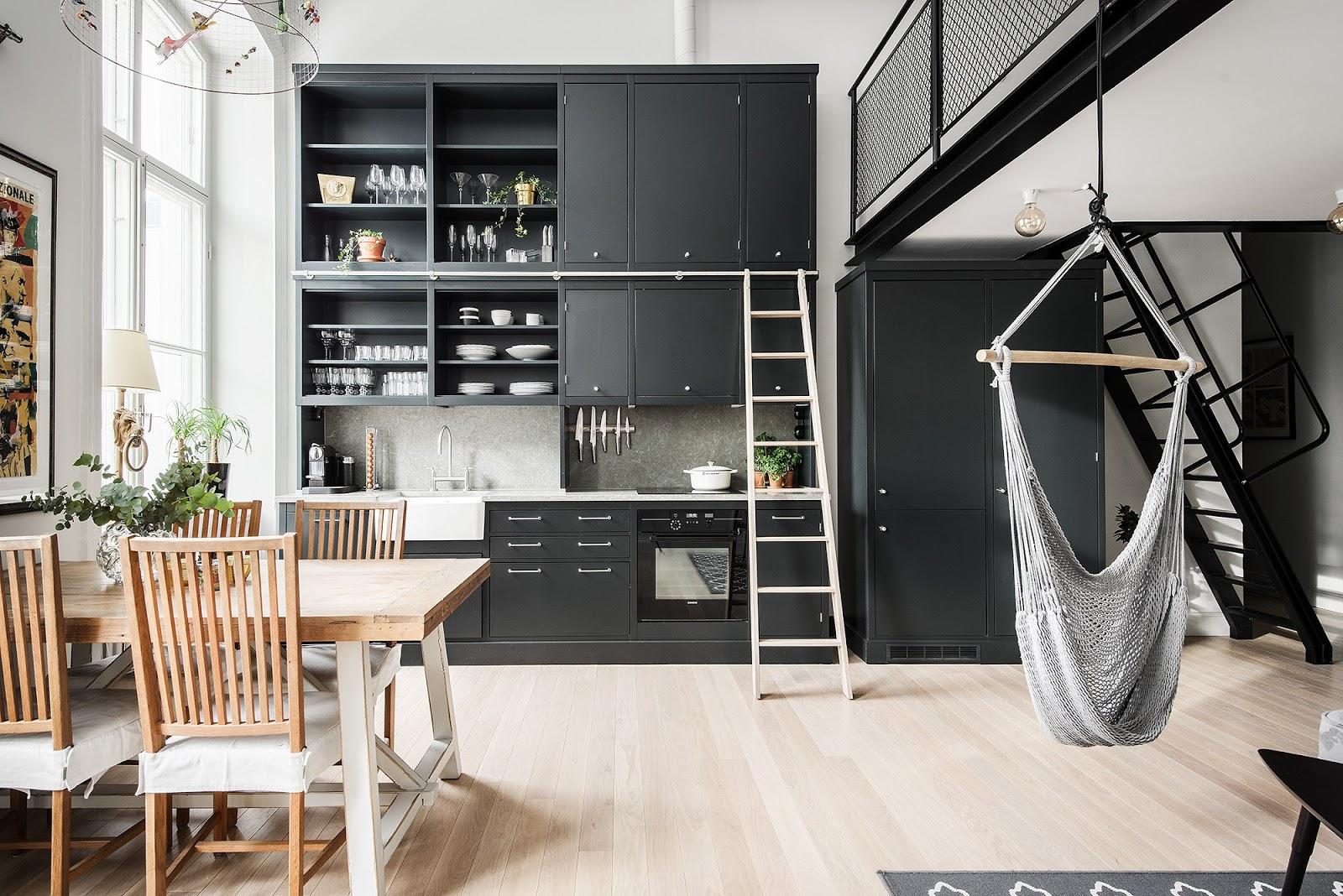 Hamac în living, scară în bucătărie și dormitor la mezanin într-un apartament de 62 m²