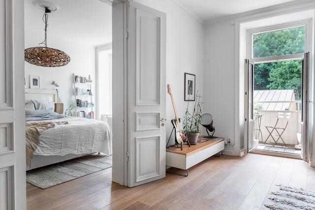 Culori neutre și instrumente muzicale în decorul unui apartament din Suedia