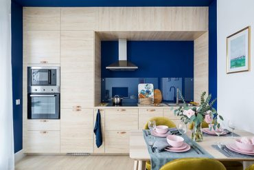 albastru-galben-si-lemn-in-amenajarea-apartament-49-st-petersburg