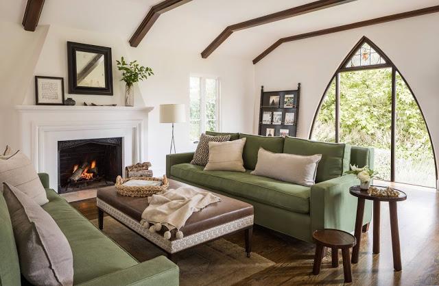 Eleganță contemporană în tonuri de maro și verde într-o casă din Hillsborough, SUA