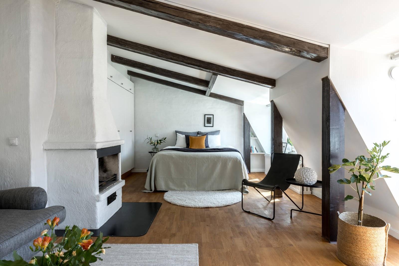 Plan deschis și grinzi de lemn într-o mansardă de 44 m²