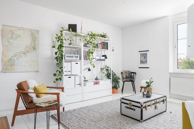 Extra dormitor în living într-un apartament de 67 m² din Suedia