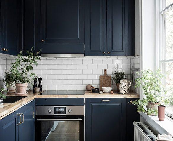 pereti-bej-si-bucatarie-albastra-intr-un-apartament-numai-41-mp