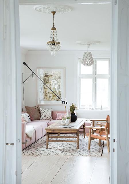 Accente de roz și negru în amenajarea unei case din Stavern, Norvegia