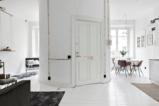 Amenajare cu casa scărilor în mijlocul bucătăriei și living-ului