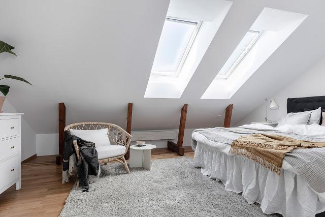 Amenajare scandinavă într-o mansardă pe două niveluri din Suedia
