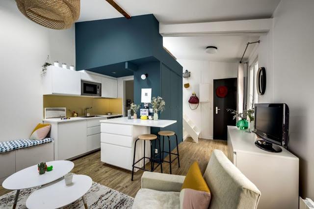 Dormitor deasupra bucătăriei și a dulapului într-o mansardă de 27 m² din Paris