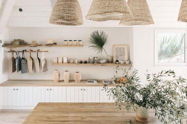 Lemn, pânză și rattan în amenajarea naturală a unei case din Malibu
