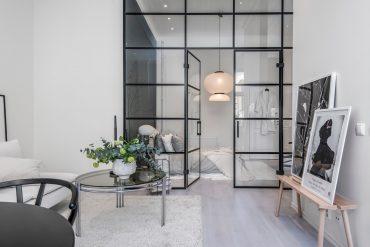 perete-de-sticla-intre-dormitor-si-living-apartament-55-mp