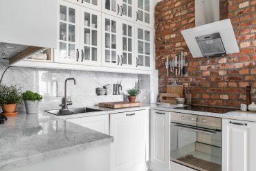 Alb imaculat și accente de gri în amenajarea scandinavă a unui apartament de 70 m²