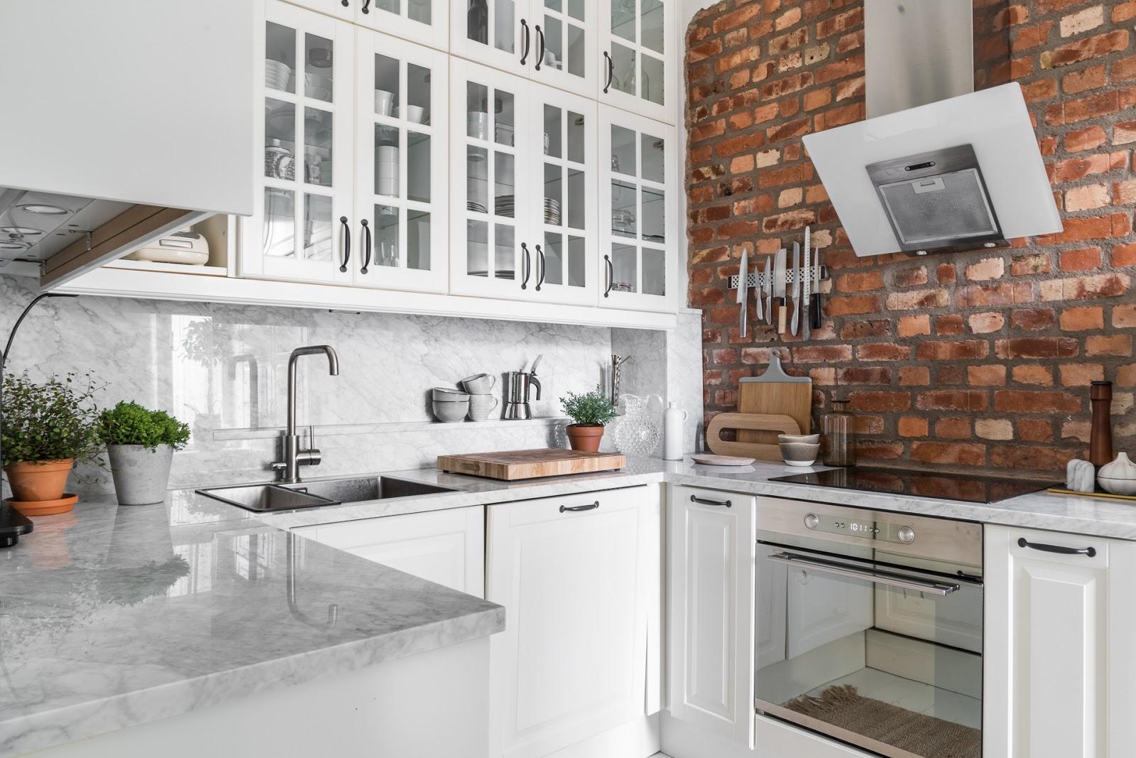 Alb imaculat și accente de gri în amenajarea scandinavă a unu apartament de 70 m²