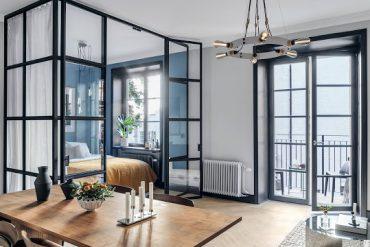 Dormitor închis cu pereți de sticlă într-o garsonieră de 40 m²