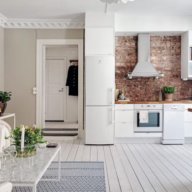 Perete de cărămidă expusă și plan deschis într-un apartament de 41 m² din Suedia
